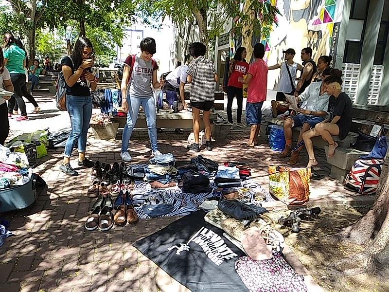 Juventude busca formas de autofinanciamento através da venda de roupas, sapatos e acessórios.