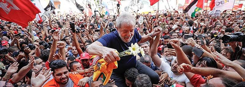Após 580 dias de prisão, o ex-presidente Lula é liberto