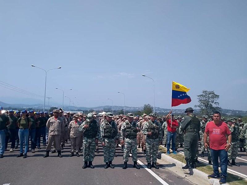 Cidadãos venezuelanos ocupam ponte onde do outro lado da fronteira estão caminhões enviados por EUA e Colômbia
