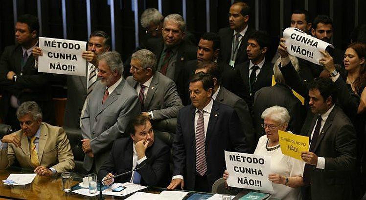Deputados da oposição em protesto contra Eduardo Cunha e Rodrigo Maia na Câmara, em 2016
