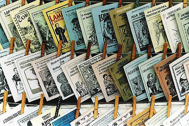 La literatura de cordel – bautizada por la forma en que los folletos son expuestos – es una herencia portuguesa
