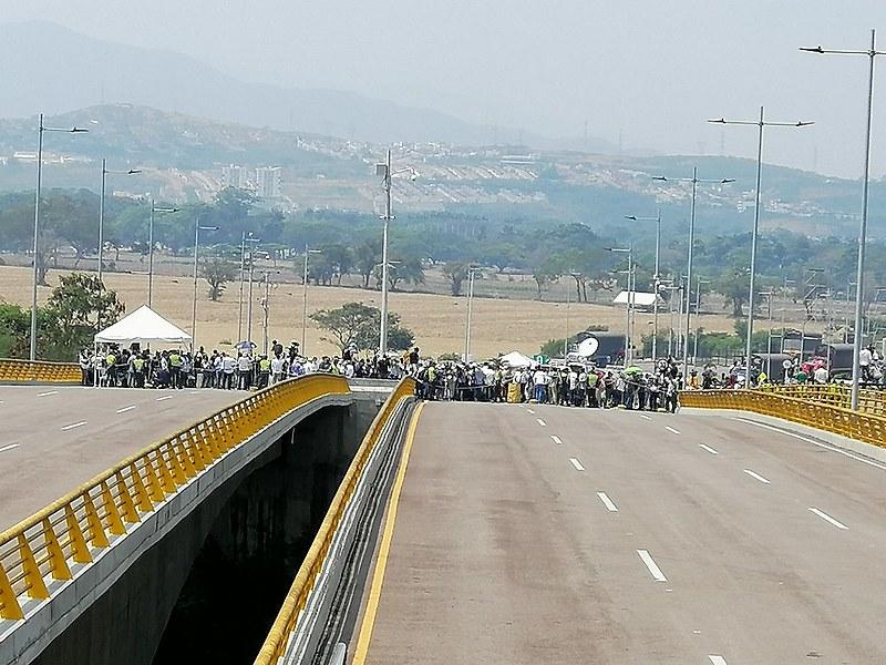 """Porta-vozes e """"exploradores"""" tentam cruzar a ponte para convencer venezuelanos a permitir a entrada de """"ajuda humanitária"""""""