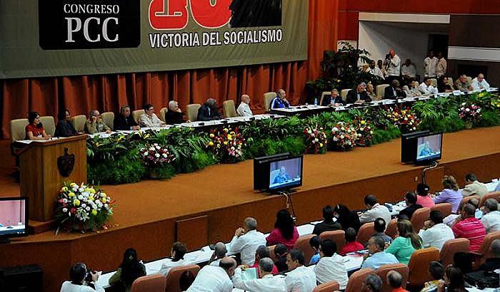Mesa eleita para o 7º Congresso do Partido Comunista Cubano