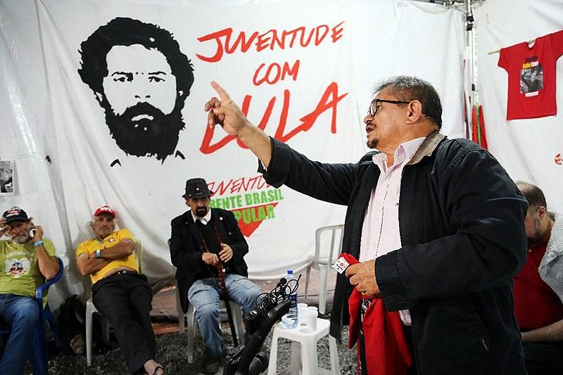 Crispiniano Neto fala aos acampados da Vigília Lula Livre, em Curitiba