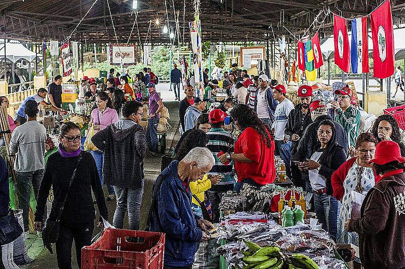 Produtores na Feira da Reforma Agrária
