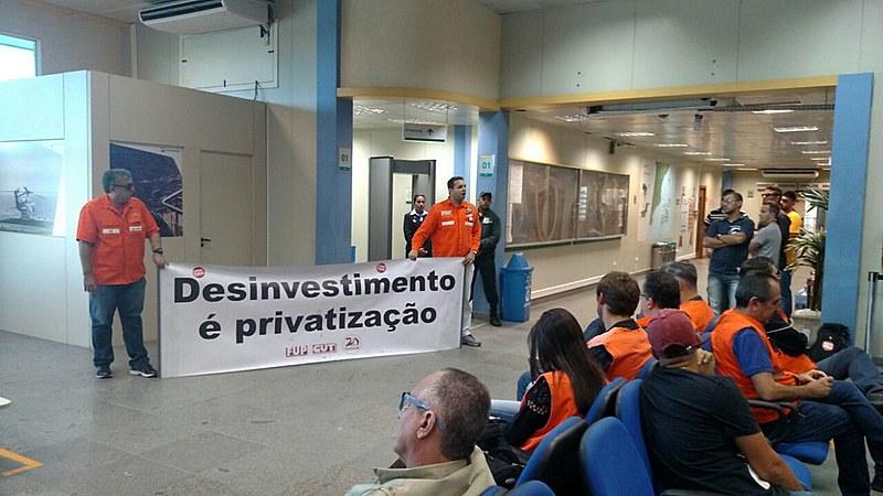 Petroleiros se mobilizam nos aeroportos do norte fluminense, contra privatização em bacias de petróleo