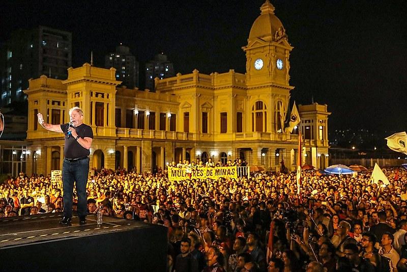 Lula em ato de encerramento da caravana na Praça da Estação, em Belo Horizonte