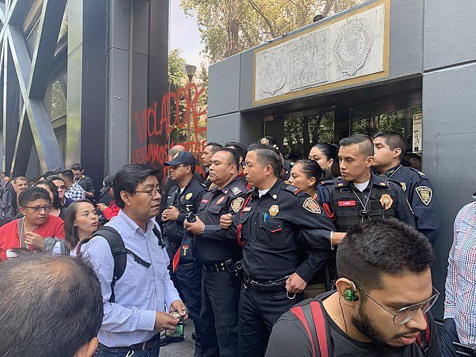 Policiais barram passagem de manifestantes durante protesto feminista na última segunda-feira (12) na Cidade do México