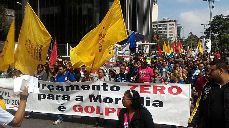 Militantes da UNMP fazem caminhada na avenida Paulista, em São Paulo