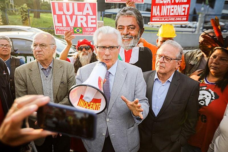 Baltasar Garzón e Tarso Genro visitam Lula em Curitiba