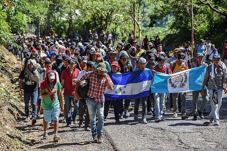 Em direção aos Estados Unidos, milhares de centro-americanos já ultrapassaram a fronteira da Guatemala com o México