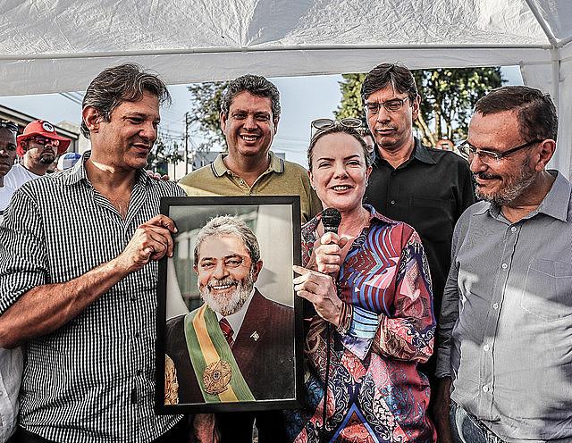 Acto de lanzamiento del programa de gobierno del Partido de los Trabajadores durante la vigilia Lula Libre en Curitiba