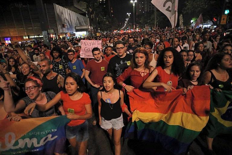 Cerca de 2 mil pessoas participaram de ato espontâneo contra o golpe na Avenida Paulista nesta quinta (21)