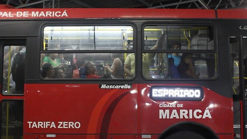 """Ônibus público """"vermelhinho"""" circula com tarifa zero em Maricá, Rio de Janeiro"""