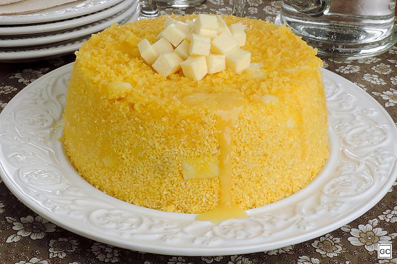 O cuscuz nordestino é feito da milharia com sal e cozida a vapor na cuscuzeira, panela específica para o preparo do alimento.