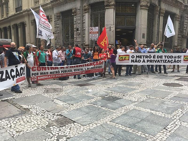 Metroviários e demais movimentos populares e sindicatos protestam contra a privatização do Metrô, em frente à Bolsa de Valores em São Paulo
