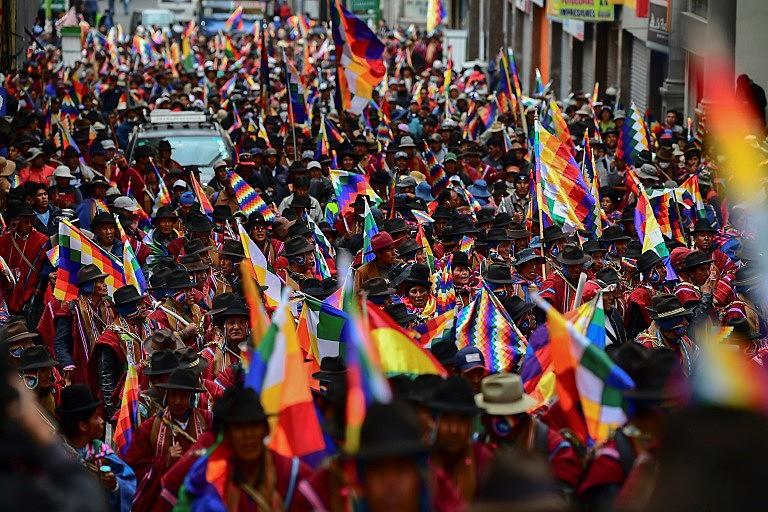 Apoiadores de Evo Morales protestam em La Paz, no dia 14 de novembro de 2019: 'Volta Evo', gritava a multidão