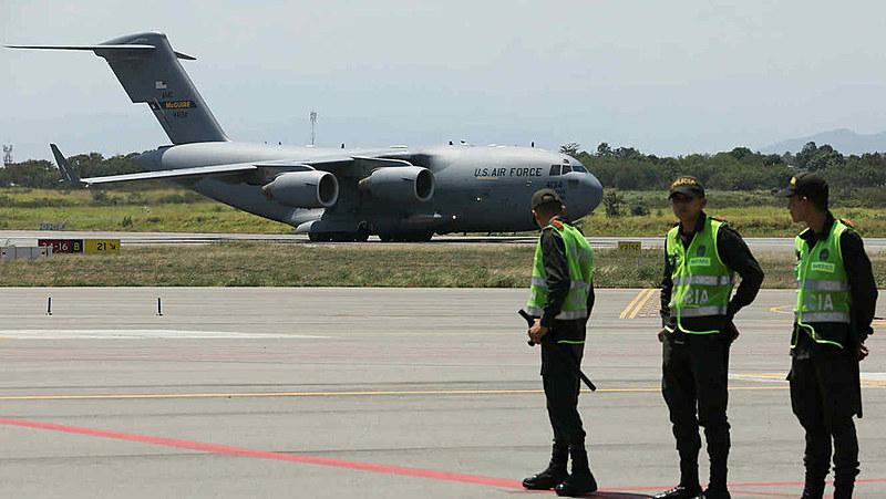 Aeronave de transporte militar pesado de longo alcance C-17 Globemaster III aterrisa em Cúcuta, na Colômbia