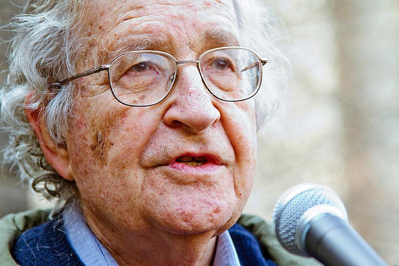 Noam homsky durante ato político nos Estados Unidos