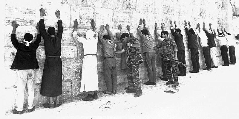 Soldados israelenses procuram prisioneiros jordanianos durante operação de limpeza em Jerusalém, em 1967