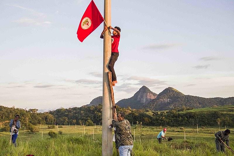 O primeiro acampamento organizado pelo movimento no estado foi registrado no ano de 1996, em Campos dos Goytacazes, no Norte Fluminense