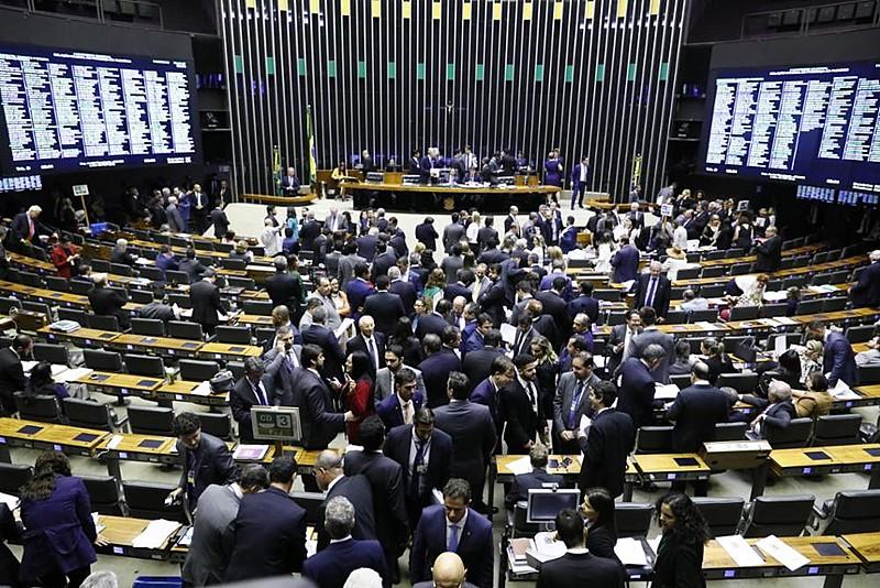 Deputados e senadores durante sessão do Congresso Nacional nesta terça (11)