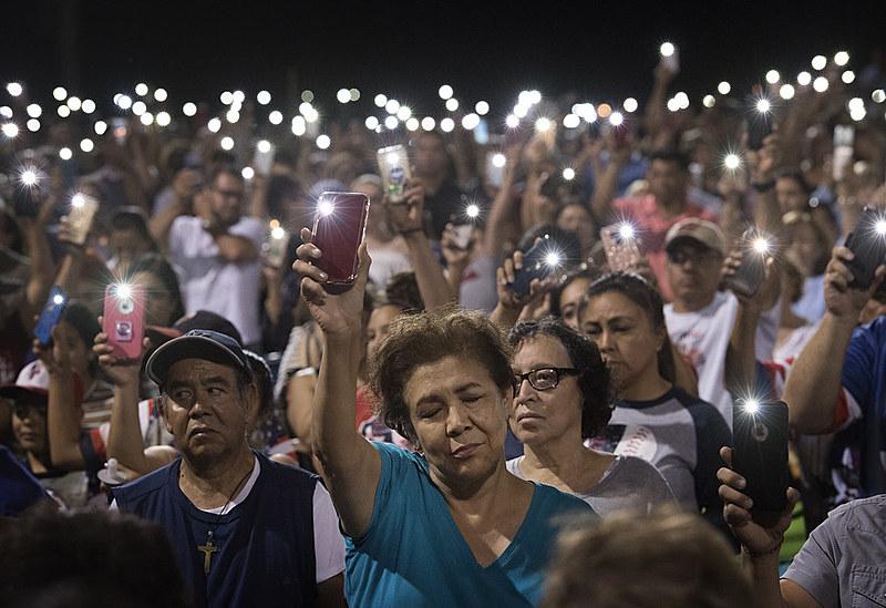 Vigília de familiares e amigos de vítimas de atentado terrorista em Walmart de El Paso, Texas