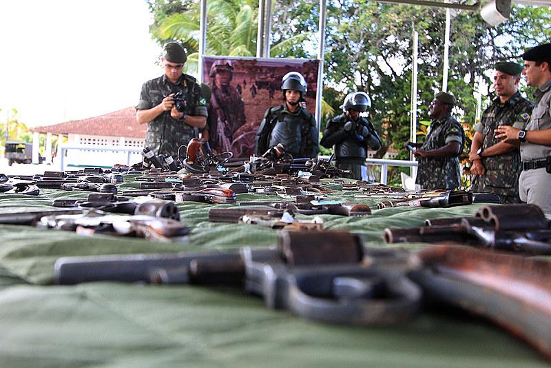 A cada três mortes violentas, duas são cometidas com arma de fogo no Brasil. Flexibilização das regras pode aumentar o índice