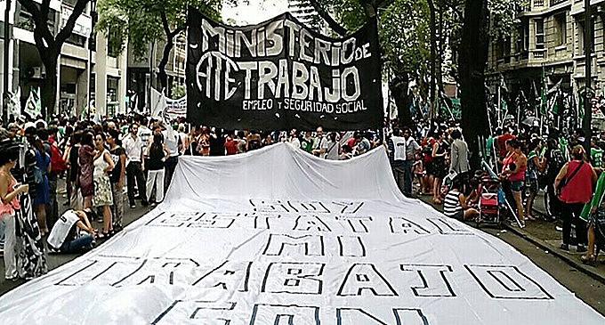 Os trabalhadores ocuparam as rua contra as políticas de ajuste e as demissões