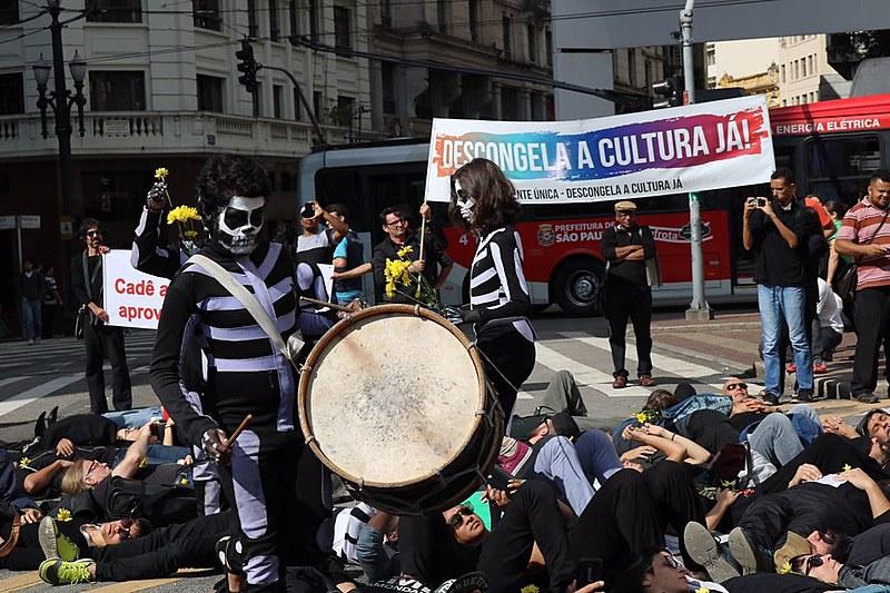 Manifestantes organizaram intervenção artística em frente à Prefeitura, simbolizando a morte da cultura