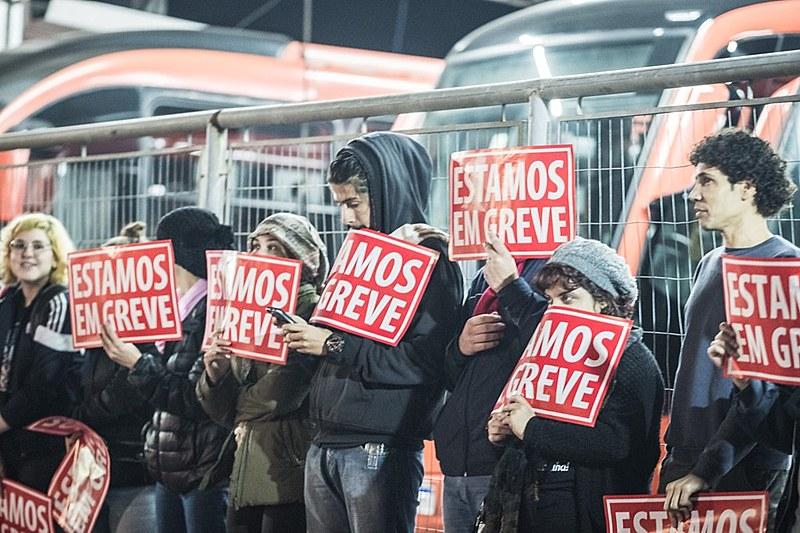 Trabalhadores fecham a entrada das garagens do transporte coletivo, em Curitiba, na madrugada desta sexta-feira (14), dia da Greve Geral
