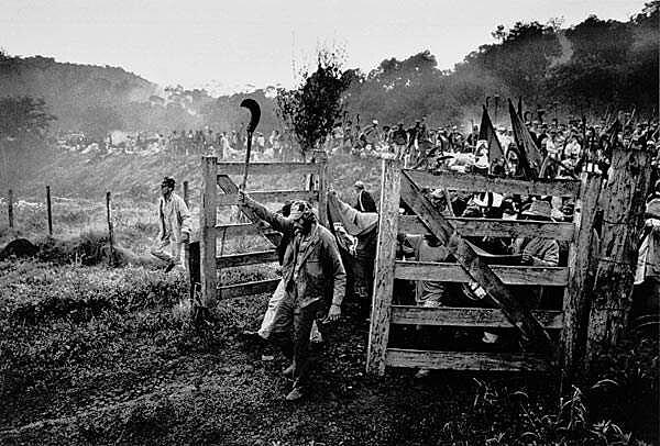 O fotógrafo brasileiro imortalizou, na série Terra de 1996, as primeiras ocupações nas áreas da Araupel
