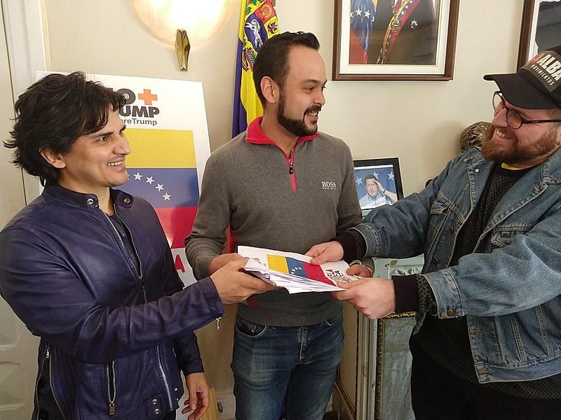 Representante da ALBA Movimientos entrega documentos assinados para o cônsul-geral e o vice-cônsul da Venezuela em São Paulo