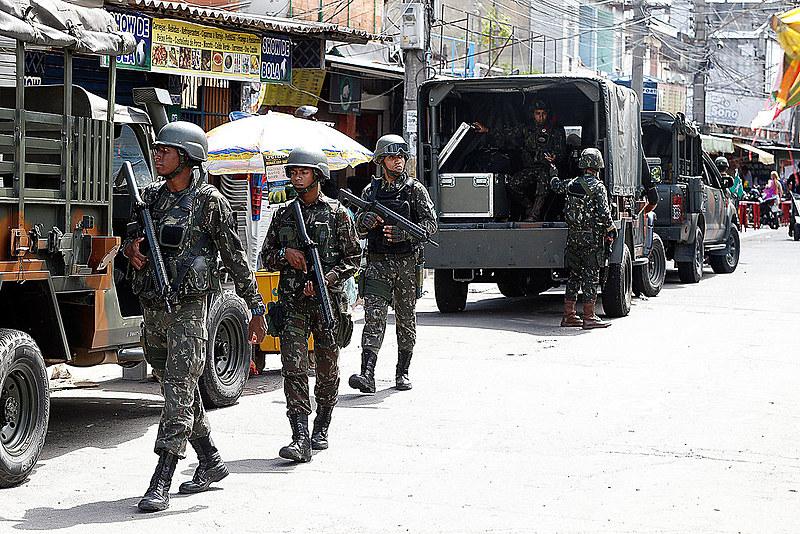 Relatório mostra que operações são ineficazes. Na foto, Exército faz operação na favela Nova Holanda, no Complexo da Maré