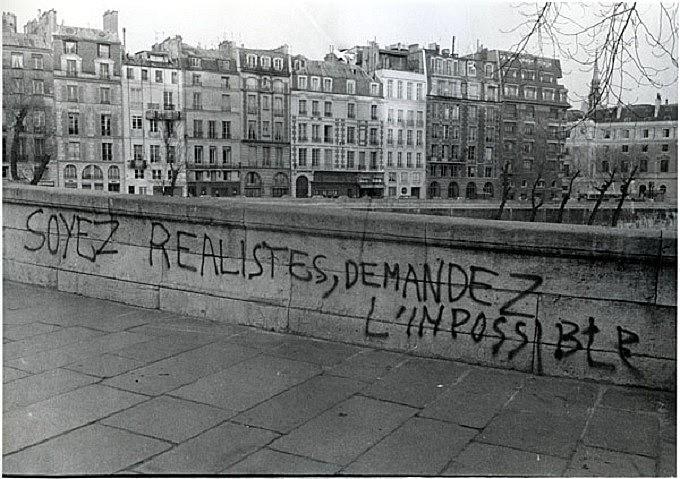 """Muro em Paris traz a mensagem """"sejamos realistas, exijamos o impossível"""""""