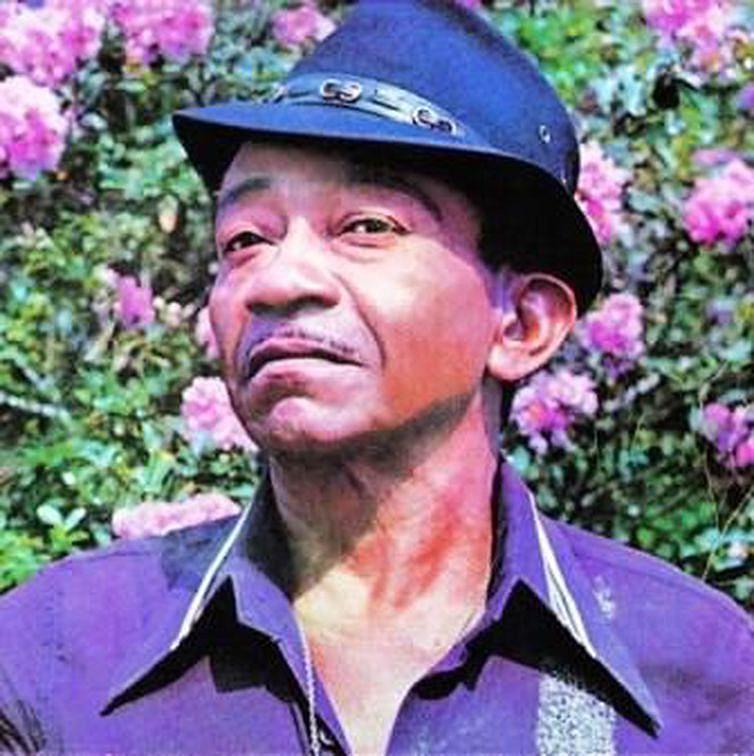 Além do pandeiro, Jackson tocava zabumba, bateria e bongô.