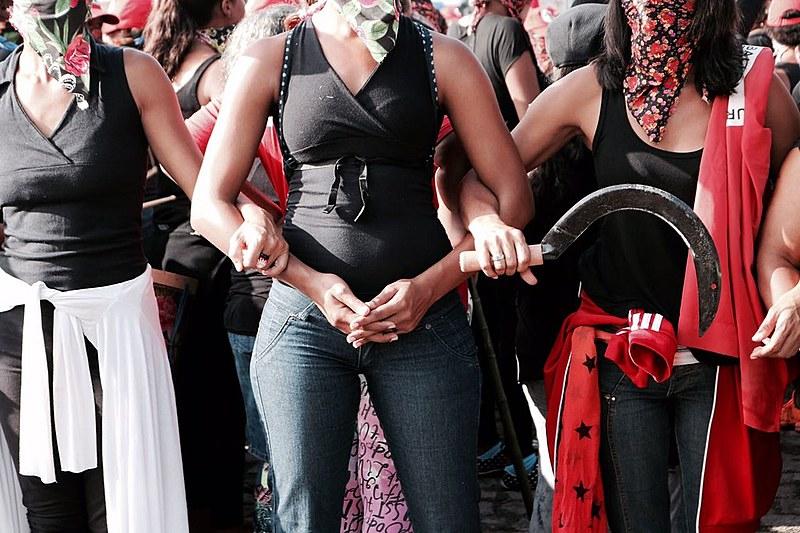 Mulheres sem-terra fazem ação em frente à sede da Vale Fertilizantes, em Cubatão (SP)