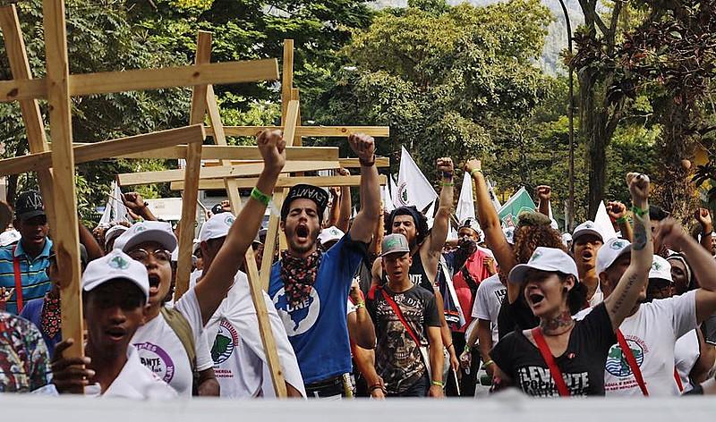 Militantes do MAB e do Levante Popular da Juventude caminham pelas ruas do Leblon, no Rio de Janeiro
