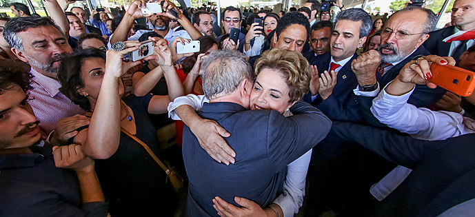 Lula e Dilma trocam um abraço