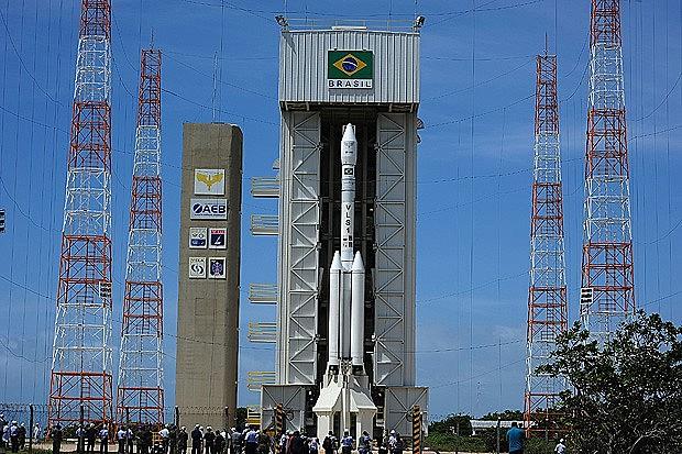 Torre móvel de lançamento de satélites na Base de Alcântara