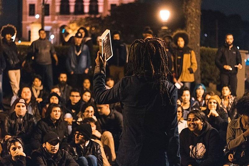 Os jurados são o próprio público: as maiores salvas de palmas definem as melhores poesias da noite
