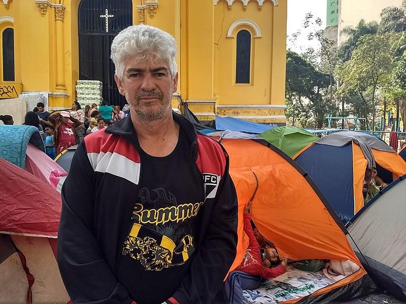 Adilson teme ser esquecido pelo poder público e espera respostas acampado em frente à igreja com sua família
