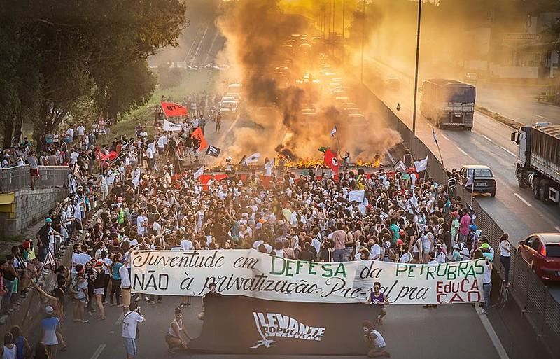 Em 2015, jovens faziam ato na Regap em defesa da Petrobras