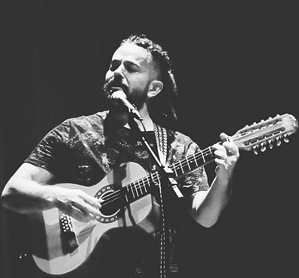 Nascido em Patos de Minas, Luiz começou a cantar na infância e tem a tradição popular como base de suas composições