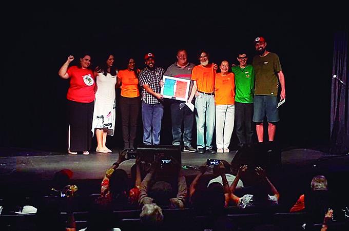 Frei Sérgio, junto com companheiros (as) do MPA, recebe o prêmio