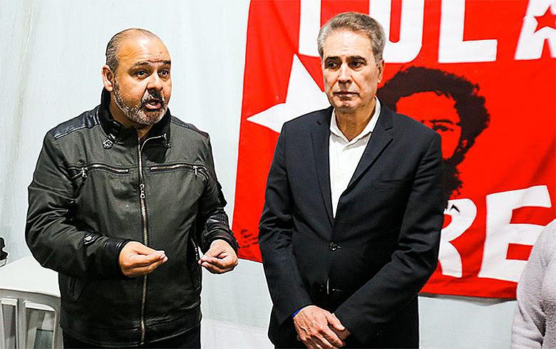 Stanley Gacek e Wagner Freitas falam a Vigília Lul Livre após visitar o ex-presidente Lula