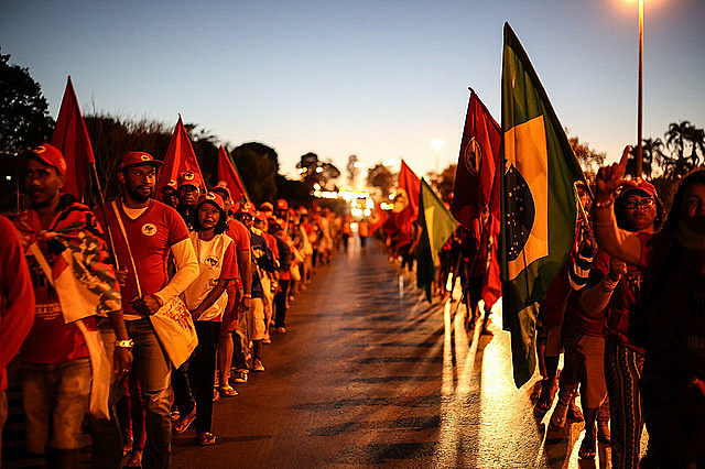 The three columns set off around 6:30 in the morning to Brasília on the fourth day of march
