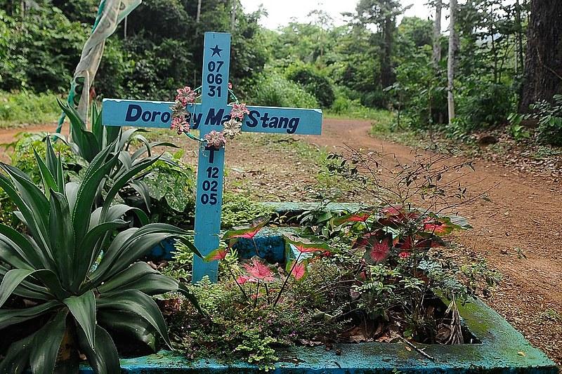 Dorothy Stang lutava pela implantação do Projeto de Desenvolvimento Sustentável, mas o local era disputado por fazendeiros e madeireiros.