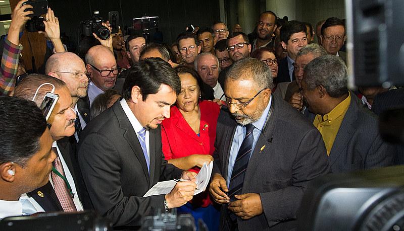 Senador Paulo Paim protocolando o pedido da CPI da previdência no senado