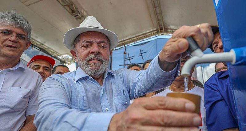 O ex-presidente experimentou a água dessalinizada, após transposição do Rio São Francisco